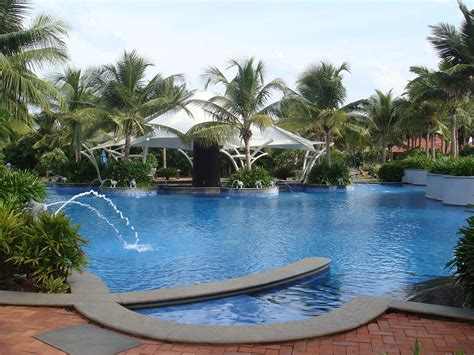 File:Hotel swimming pool at GRT Temple Bay Resorts